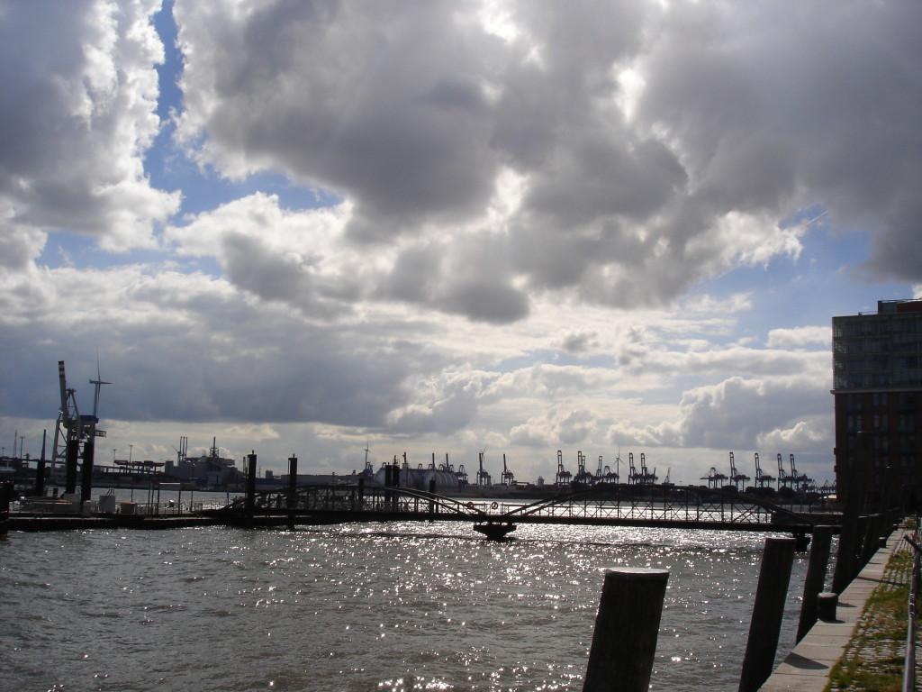 Hamburk-jeřáby nákladného přístavu naprotějším břehu Labe nabízí jedinečné kulisy