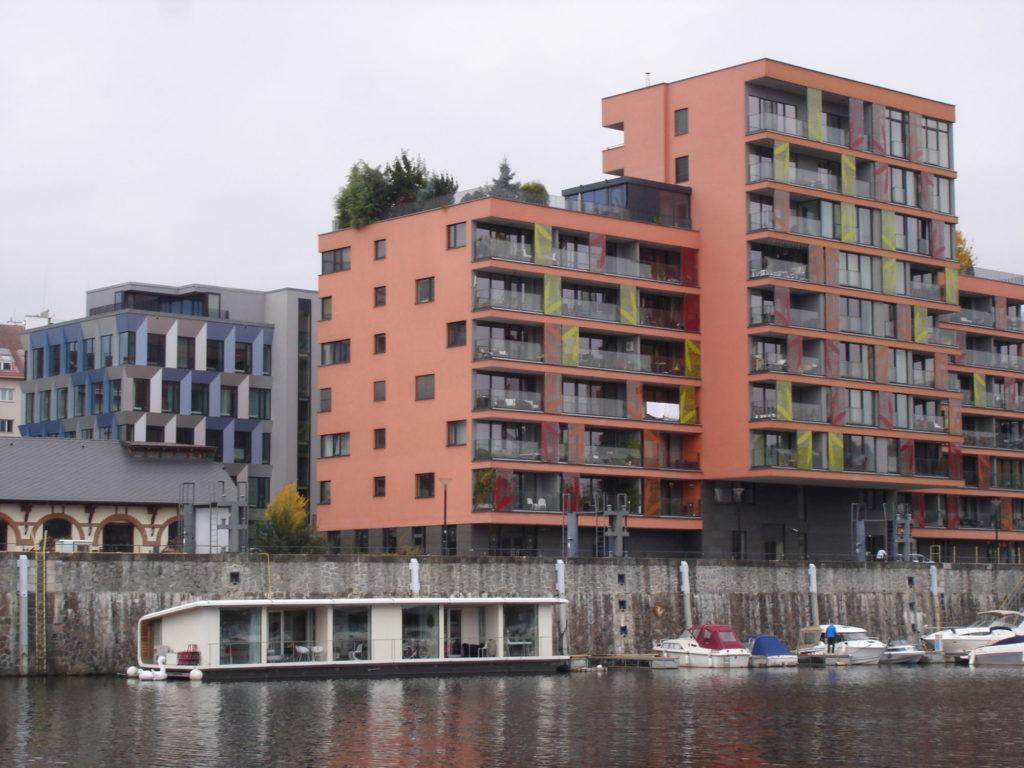 různé druhy nemovitosti - historická stavba, bytový dům, administrativní budova, houseboat